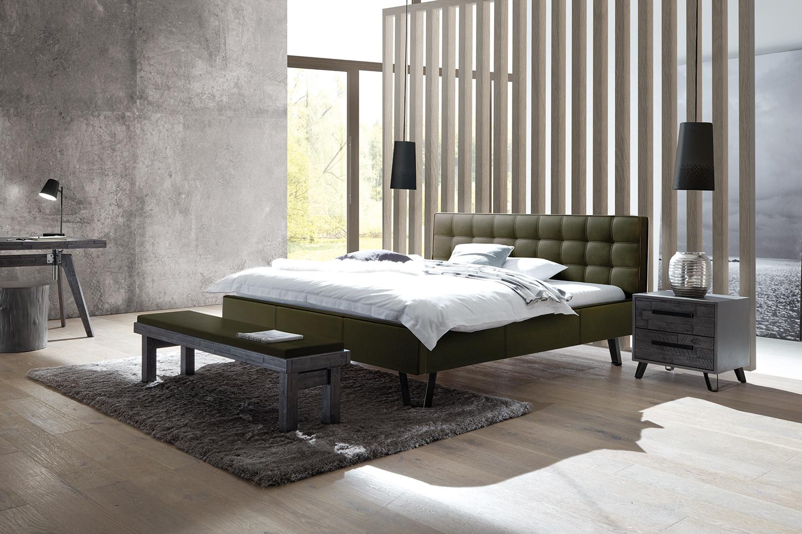 luxeriöses Polsterbett mit Chesterfield Kopfteil dunkelgrün