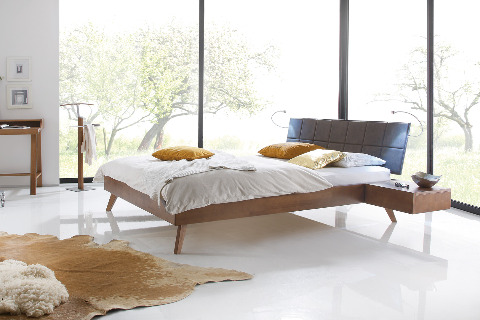 Massivholzbett mit schwebendem Nachttisch und Posterkopfteil