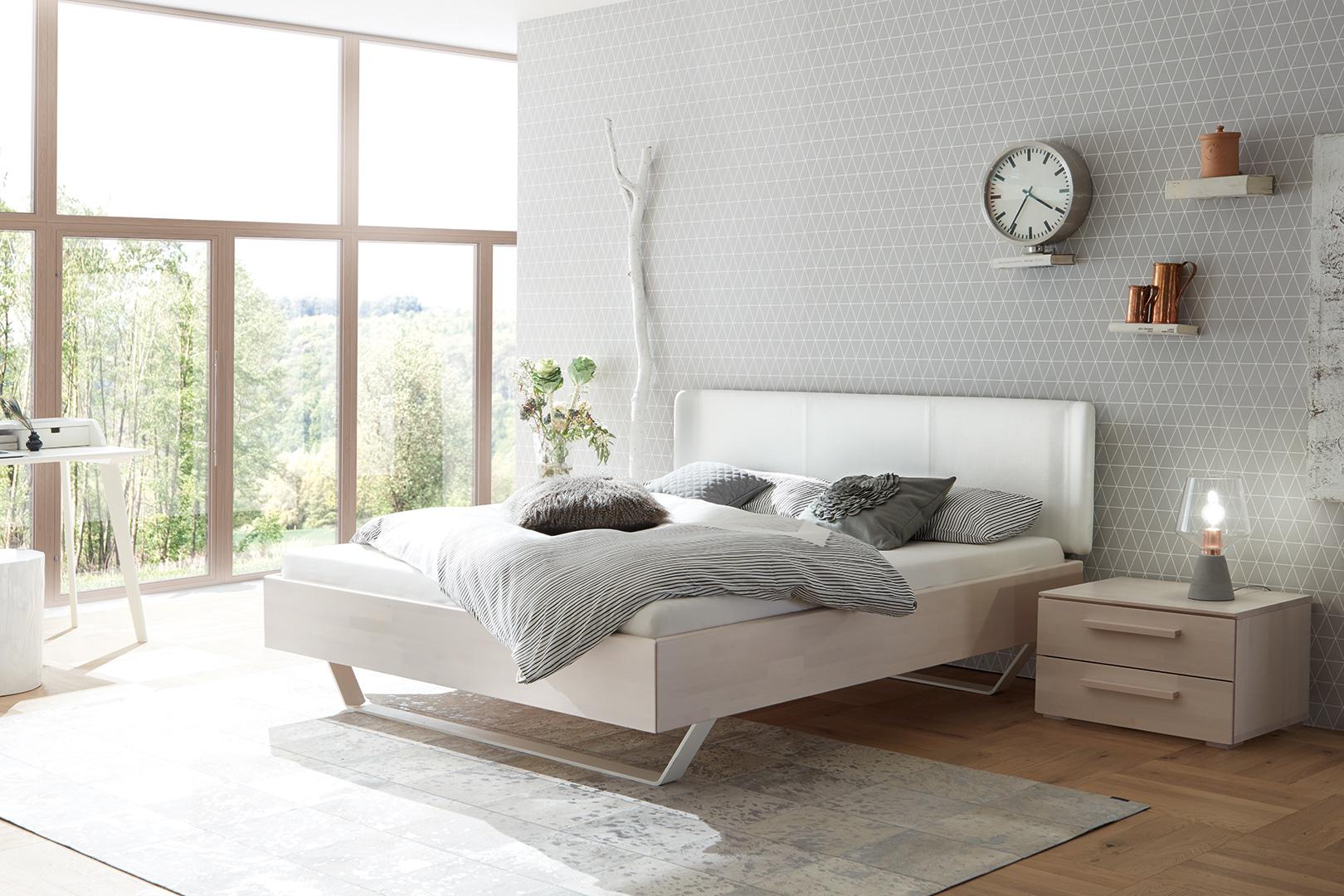 Holzbett mit Kunstleder-Kopfteil und passendem Nachtkonsölchen
